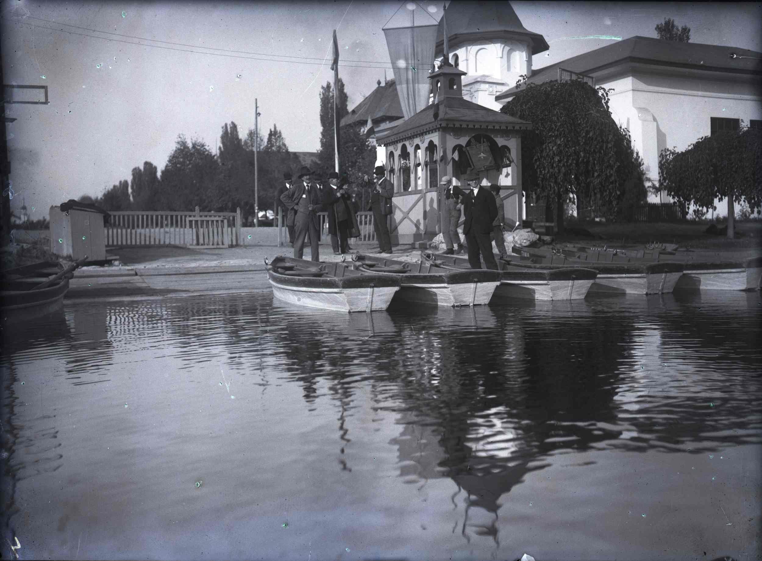 Grup de persoane la debarcader, în dreptul Pavilionului Societății Astra-Arad; pe fundal, în partea dreaptă, se poate observa Poarta cea Mare