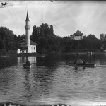 Cu barca pe lacul din parcul Carol. Pe fundal se pot vedea, de la dreapta la stânga, Muzeul Militar Național (fostul Palat al Artelor), Cula, Castelul lui Vlad Țepeș și Moscheea (construite pentru Expoziţia Generală din 1906)