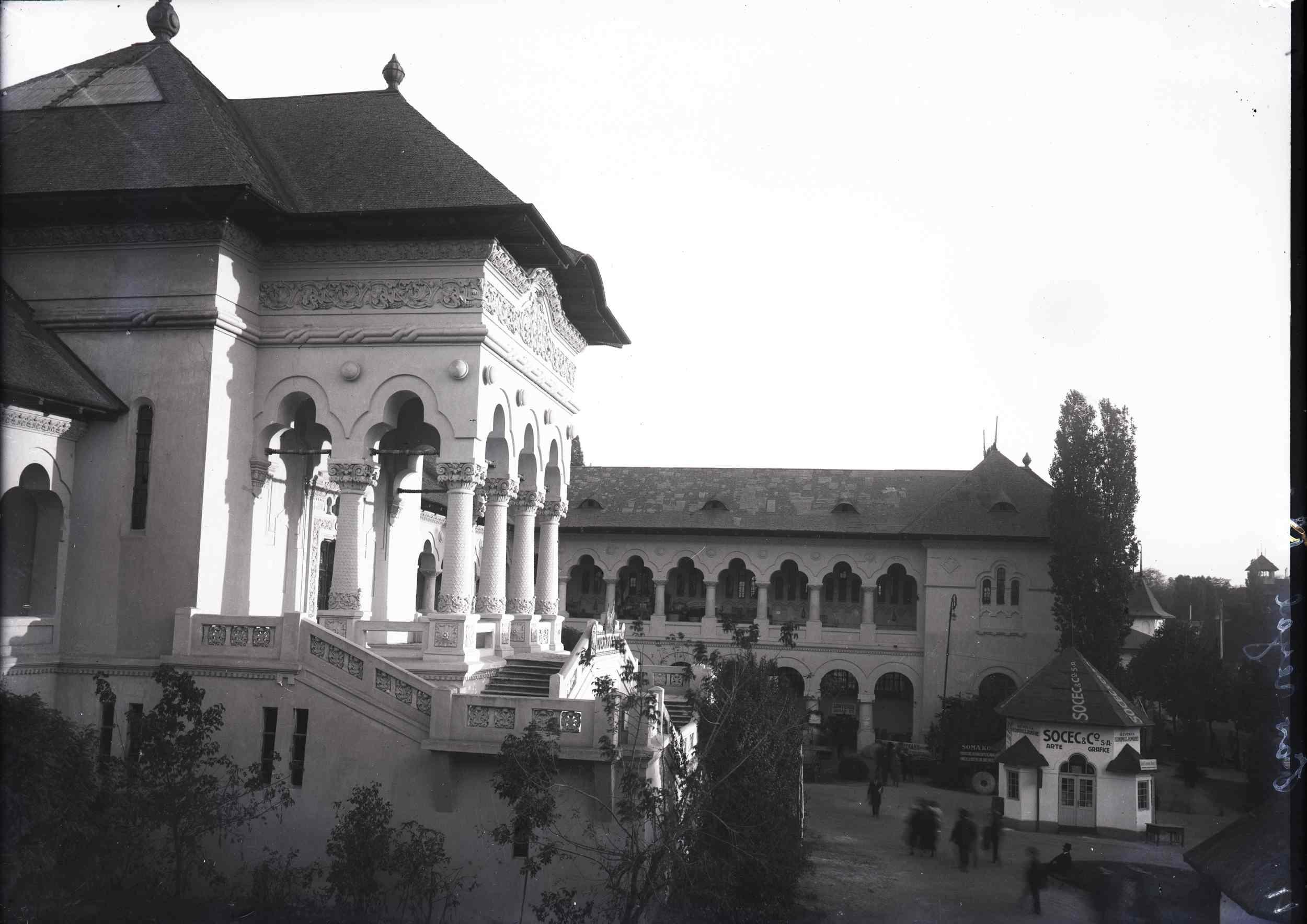 Pavilionul Industria Casnică (?) și chioșcul Societății Socec & Co. (dreapta)