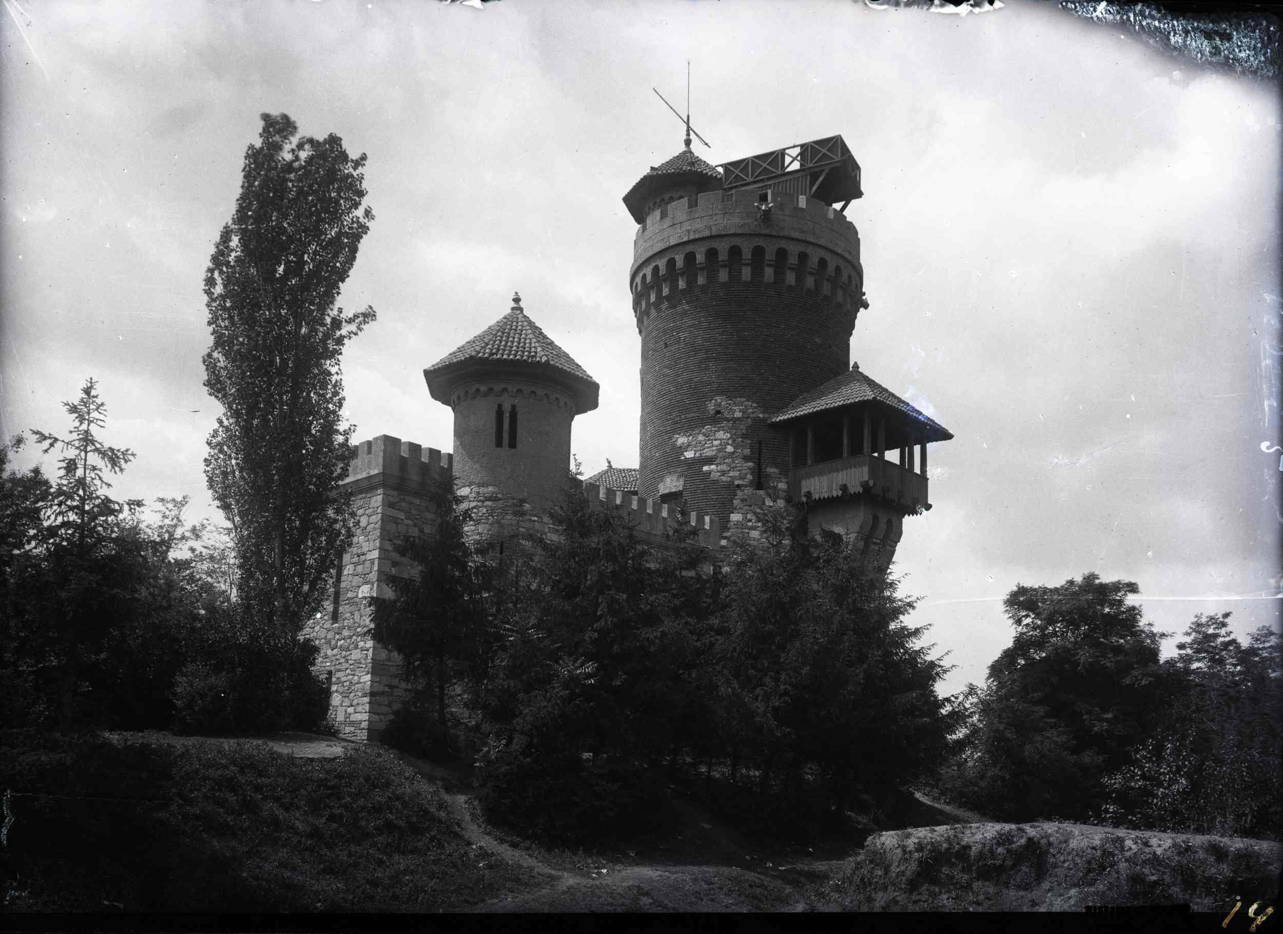 """""""Castelul lui Vlad Țepeș"""", replică a Cetății Poenari (jud. Argeș), construit pentru Expoziția Generală Română din 1906"""