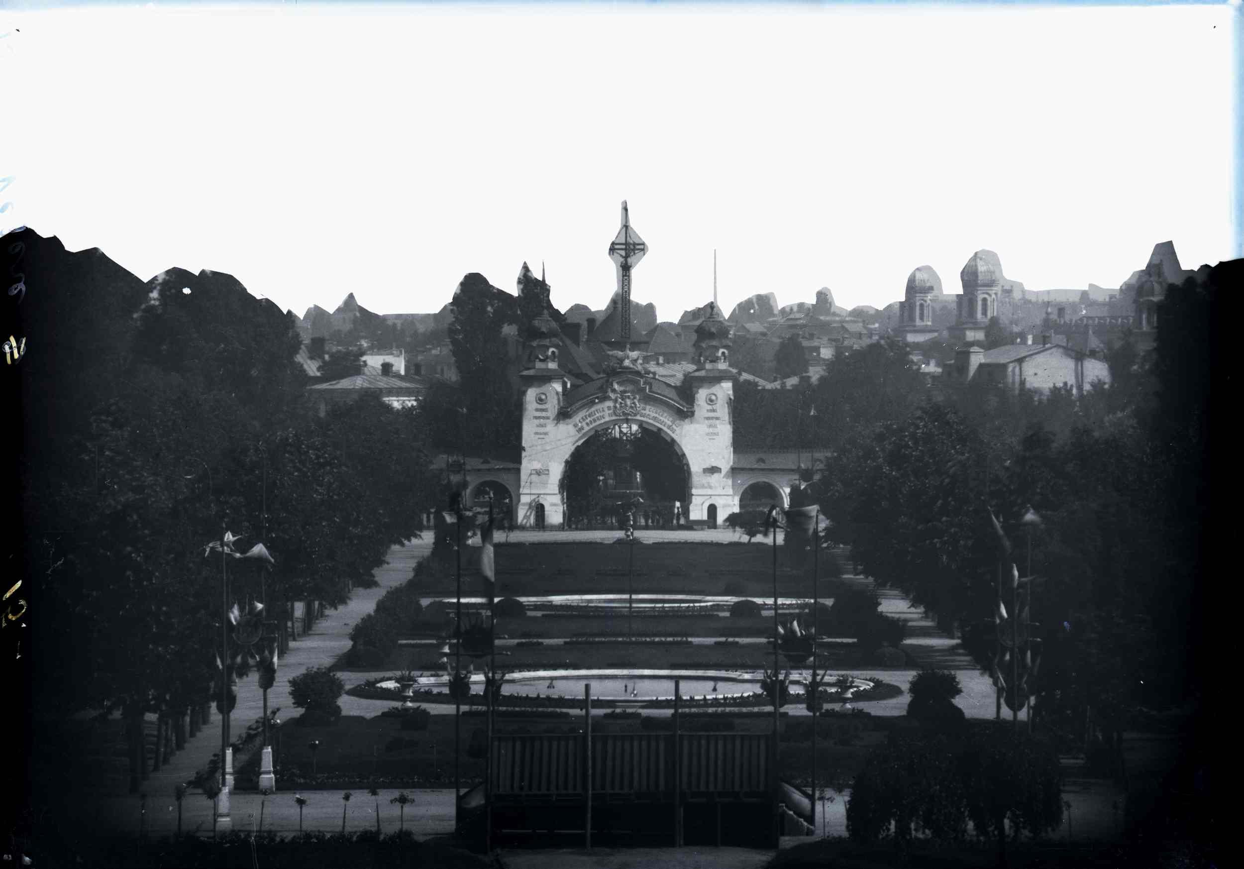 Vedere generală asupra Porții celei Mari. În dreapta, biserica Flămânda (?)