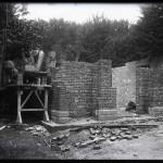Muncitori lângă un pavilion în construcție
