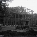 Ingineri (?) și muncitori în fața Pavilionului Schieb (?).Vedere din timpul construcției.