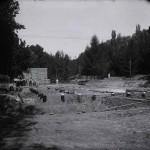 Fundația din stâlpi de lemn pregătită pentru Pavilionul Bucovinei