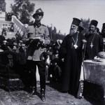 Principele Carol al II-lea ținând un discurs în timpul unei ceremonii la Arenele Romane. În stânga Principelui se află Mitropolitul Miron Cristea