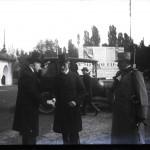 Mihail Manoilescu, comisarul general al Expoziției-Târg, salutându-l pe generalul Alexandru Averescu, președintele Consiliului de Miniștri