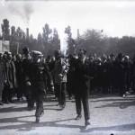 Mihail Manoilescu, comisarul general al Expoziției-Târg, și regele Ferdinand I printre oficialități; în spatele lor generalul Alexandru Averescu, președintele Consiliului de Miniștri (stânga), și mareșalul Constantin Prezan (?) (dreapta)
