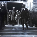 Regele Ferdinand coborând treptele Pavilionului Banat. În spatele lui, Mihail Manoilescu, comisarul general al Expoziției-Târg