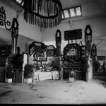 """Vedere din interiorul Pavilionului Banat. În centru, standurile fabricilor """"Turul"""" (încălțăminte) și """"Kandia"""" (bomboane) din Timișoara"""