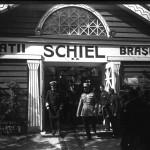 """Regele Ferdinand și generalul Alexandru Averescu, prim-ministru al României, coborând treptele Pavilionului """"Frații Schiel Brașov"""". În jurul lor, alți oficiali."""