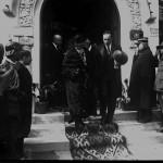 """Regina Maria și Mihail Manoilescu, comisarul general al Expoziției-Târg, la ieșirea din """"Pavilionul Industriilor create de Banca de Credit Român. Banca Chrissoveloni"""""""