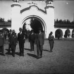 Mihail Manoilescu (dreapta), comisarul general al Expoziției-Târg, alături de un grup de oficiali în fața Porții celei Mari