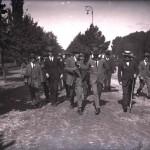 Mihail Manoilescu, comisarul general al Expoziției-Târg, alături de un grup de oficiali îndreptându-se către Parcul Expozițional