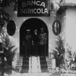 Regele Ferdinand însoțit de comisarul general al Expoziției-Târg, Mihail Manoilescu și de alți oficiali la ieșirea din Pavilionul Băncii Agricole
