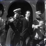 Regele Ferdinand însoțit de comisarul general al Expoziției-Târg, Mihail Manoilescu și alți oficiali la ieșirea din Pavilionul Băncii Agricole