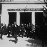 Regele Ferdinand alături de Mihail Manoilescu, comisarul general al Expoziției-Târg, ieșind din Pavilionul Băncii Sindicatului Agricol Ialomița
