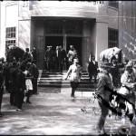 Regele Ferdinand împreună cu Mihail Manoilescu, comisarul general al Expoziției-Târg, și alți oficiali coborând scările Pavilionului Bucovinei