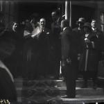 Regina Maria împreună cu Mihail Manoilescu și alți oficiali în fața Pavilionului Bucovinei (clișeu mic)