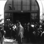 Regina Maria împreună cu Mihail Manoilescu, comisarul general al Expoziției-Târg, ieșind din Pavilionul Uzinelor Astra-Arad. În jurul lor, alți oficiali