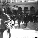 Oficiali în curtea Pavilionului Oficial (?). În prim plan generalul Gheorghe Măldărescu (?). În plan secundar, Mihail Manoilescu (dreapta), un căpitan (?) și generalul Alexandru Averescu