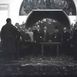 Mihail Manoilescu, comisarul general al Expoziției-Târg, generalul Alexandru Averescu, preşedintele Consiliului de Miniştri, și Mitropolitul Miron Cristea în timpul unei cuvântări oficiale în fața Pavilionului Petrolul (?)