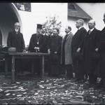 Generalul Alexandru Averescu și Mitropolitul Miron Cristea în timpul unui cuvântări în fața Pavilionului Petrolul (?)