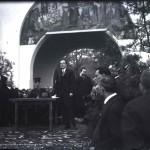 Mihail Manoilescu, comisarul general al Expoziției-Târg, și Mitropolitul Miron Cristea în timpul unui cuvântări în fața Pavilionului Petrolul (?)