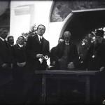 Mihail Manoilescu, comisarul general al Expoziției-Târg, generalul Alexandru Averescu, preşedintele Consiliului de Miniştri și Mitropolitul Miron Cristea în fața Pavilionului Petrolul (?)