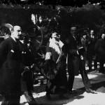 Regina Maria și Mihail Manoilescu, comisarul general al Expoziției-Târg, vizitând un pavilion neidentificat