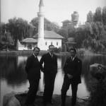Mihail Manoilescu, comisarul general al Expoziției-Târg, împreună cu alți doi oficiali. În plan secundar apare Moscheea, construită pentru Expoziția Generală Română din 1906 și demolată în 1959 de către autoritățile comuniste