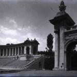 Vedere de pe scena Arenelor Romane asupra tribunelor și porții