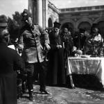 Principele Carol al II-lea în timpul unei ceremonii la Arenele Romane. În spatele lui, Mitropolitul Miron Cristea