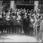 Fotografie de grup în fața Pavilionului Banat. În centru Principele Carol al II-lea și Mihail Manoilescu, comisarul general al Expoziției-Târg