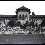 Grup de copii în fața Pavilionului Industria Casnică.