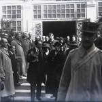 Regina Maria împreună cu Mihail Manoilescu, comisarul general al Expoziției-Târg, pe treptele Pavilionului Banat