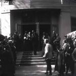 Regina Maria împreună cu Mihail Manoilescu, comisarul general al Expoziției-Târg, și alți oficiali în fața Pavilionului Bucovinei